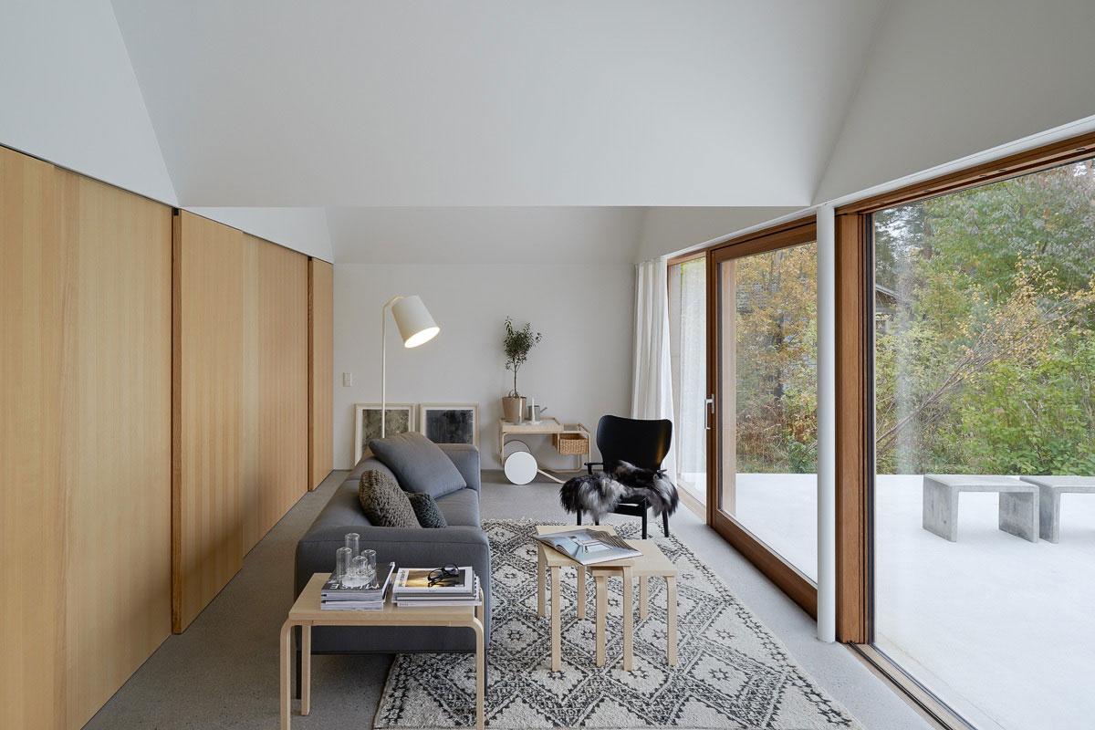 летний бетонный домик на берегу моря