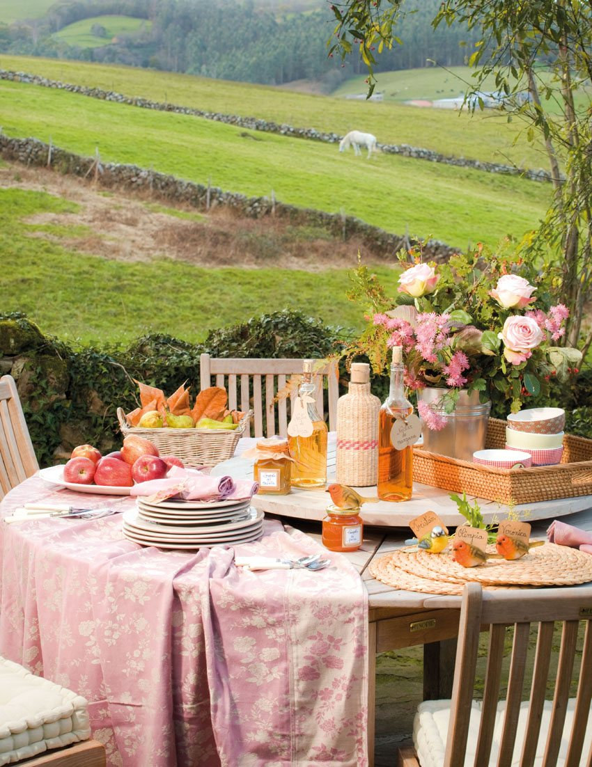 кофейный столик в саду