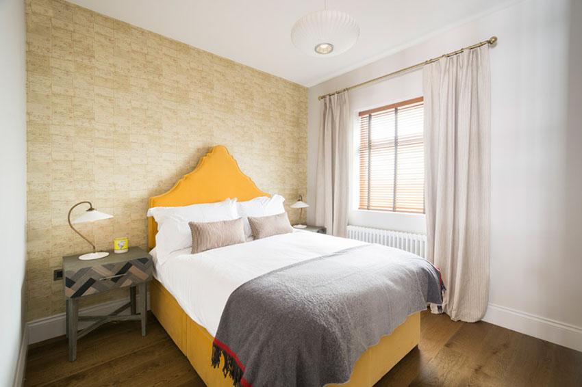 желтая кровать