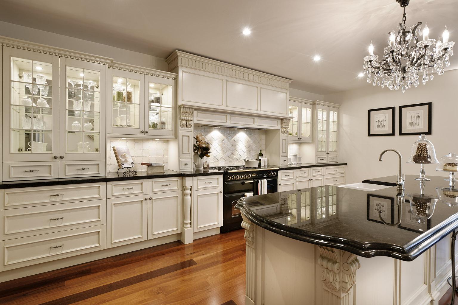 классическая люстра в интерьере кухни