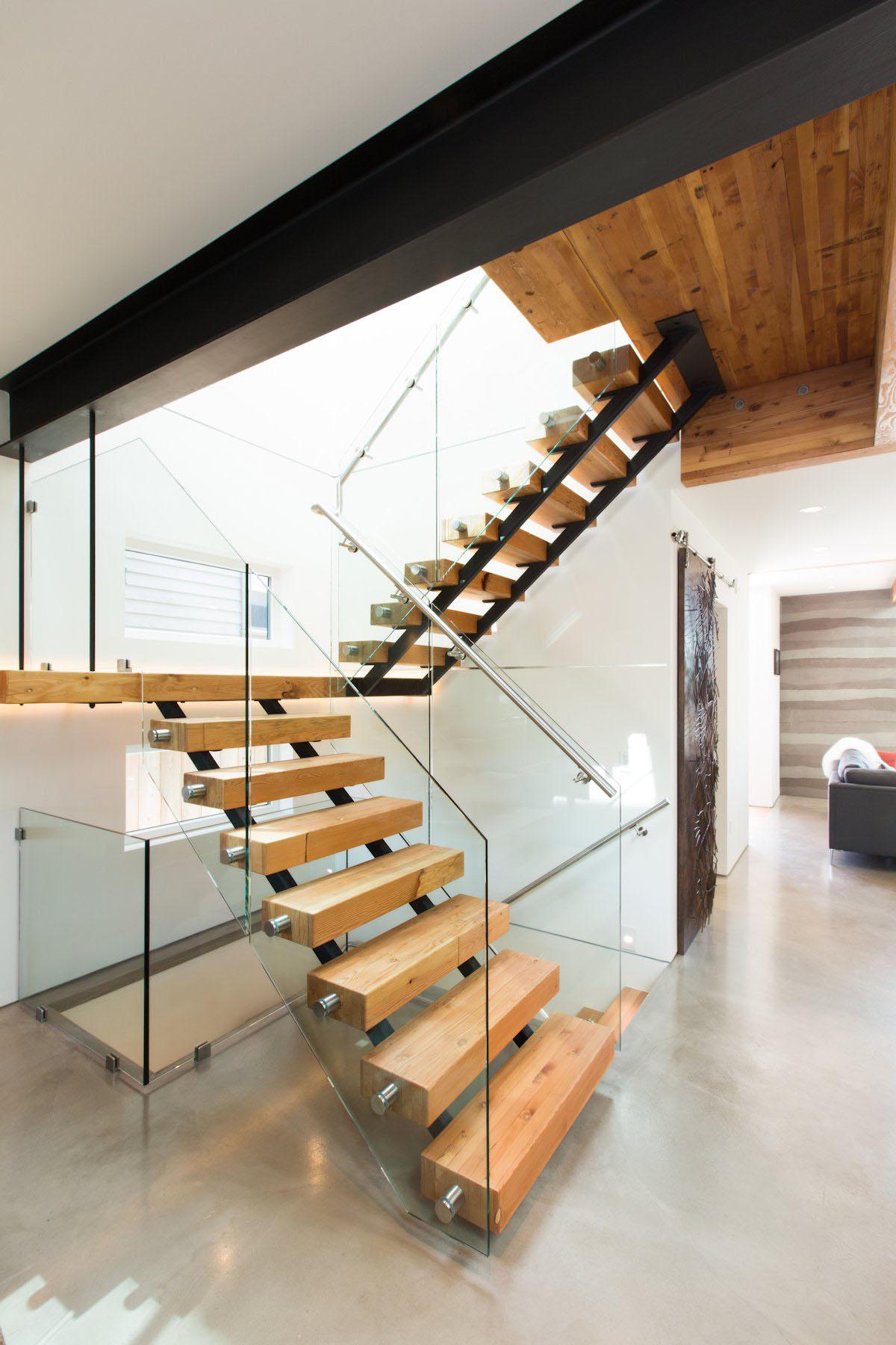 лестница на второй этаж с дерева и стекла