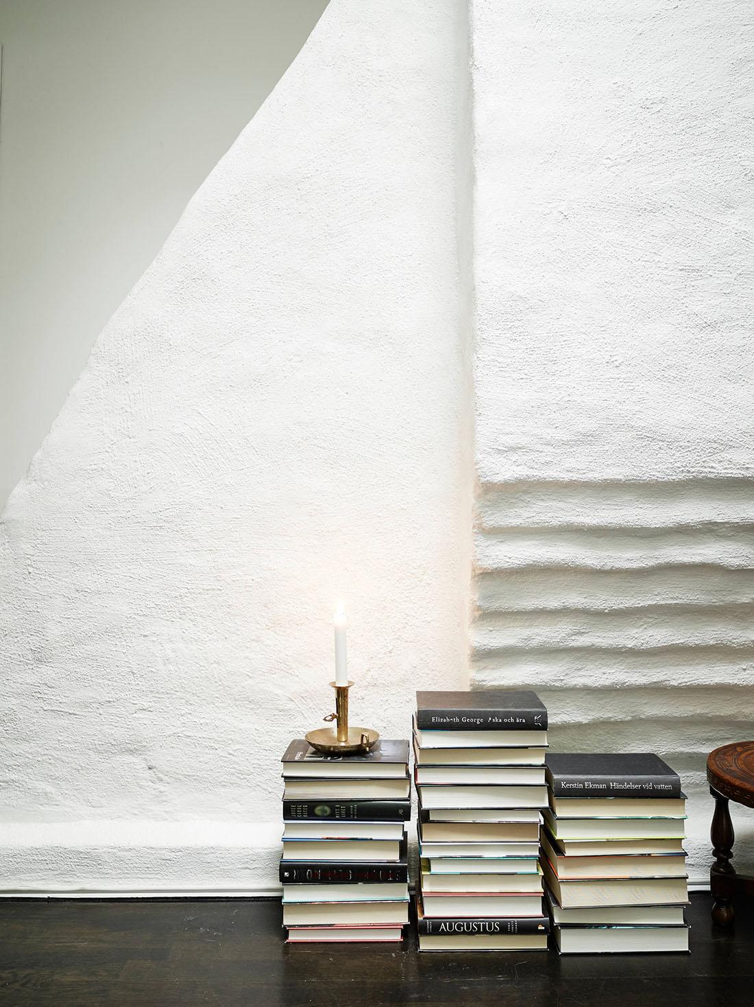 белая кирпичная стена и книги