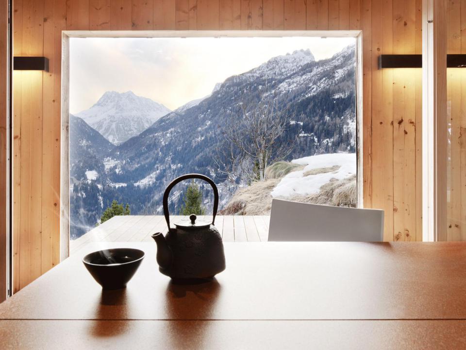 Деревянный дом с видом на Альпы