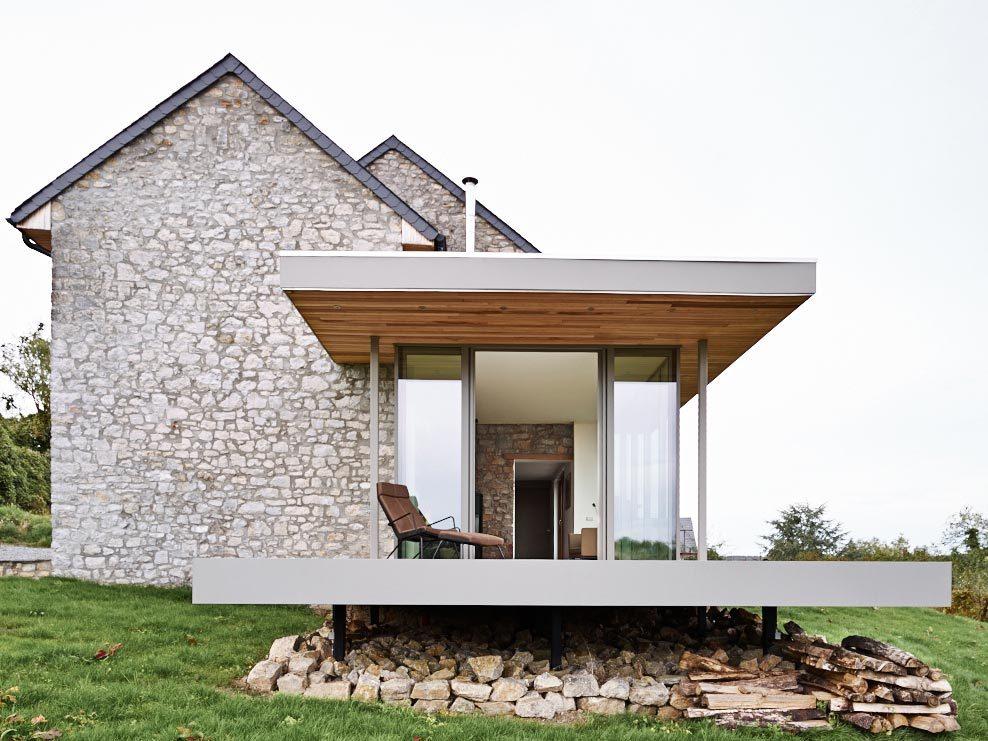 Каменный дом на краю холма