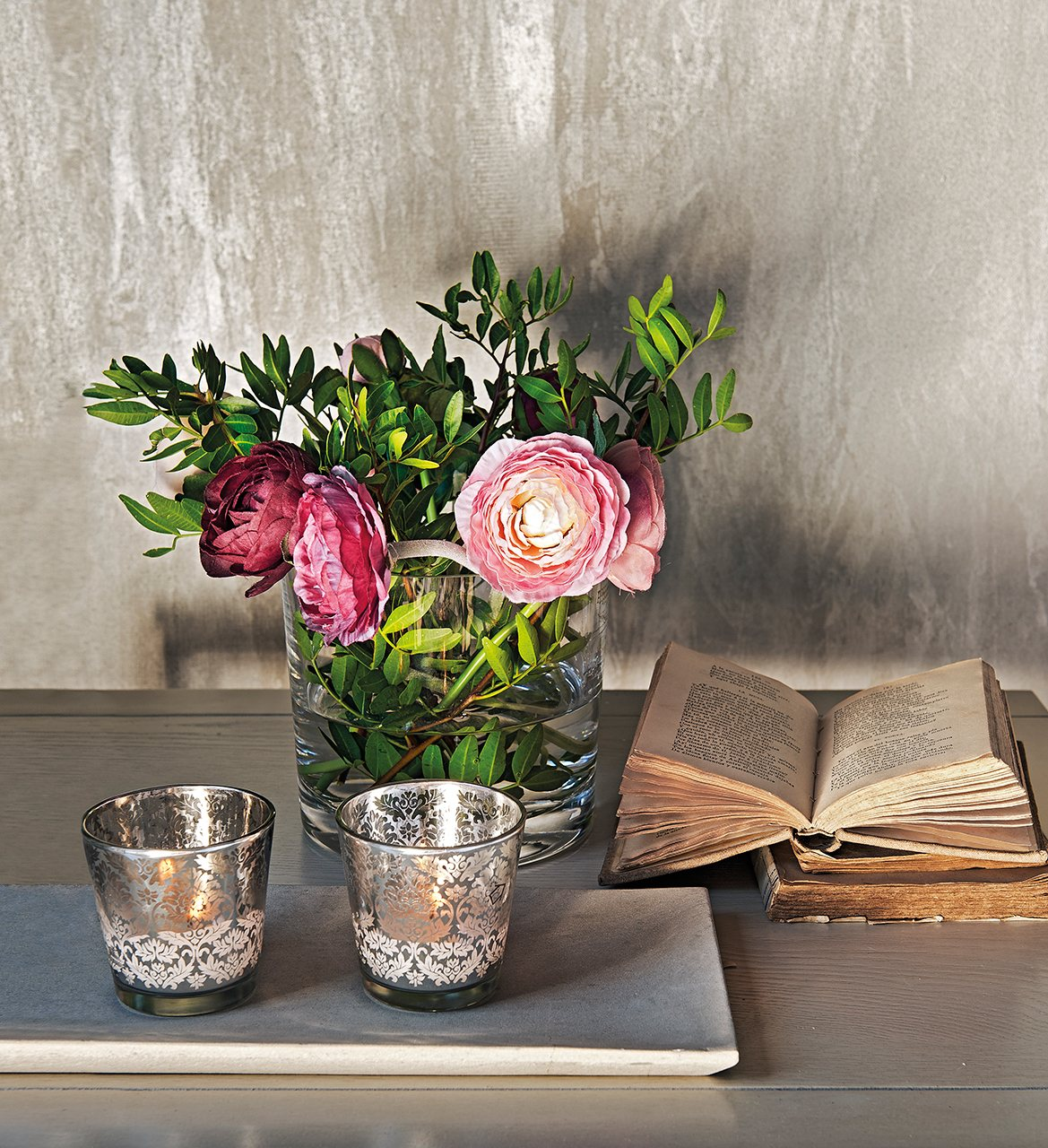 свечи, книга, ваза с цветами