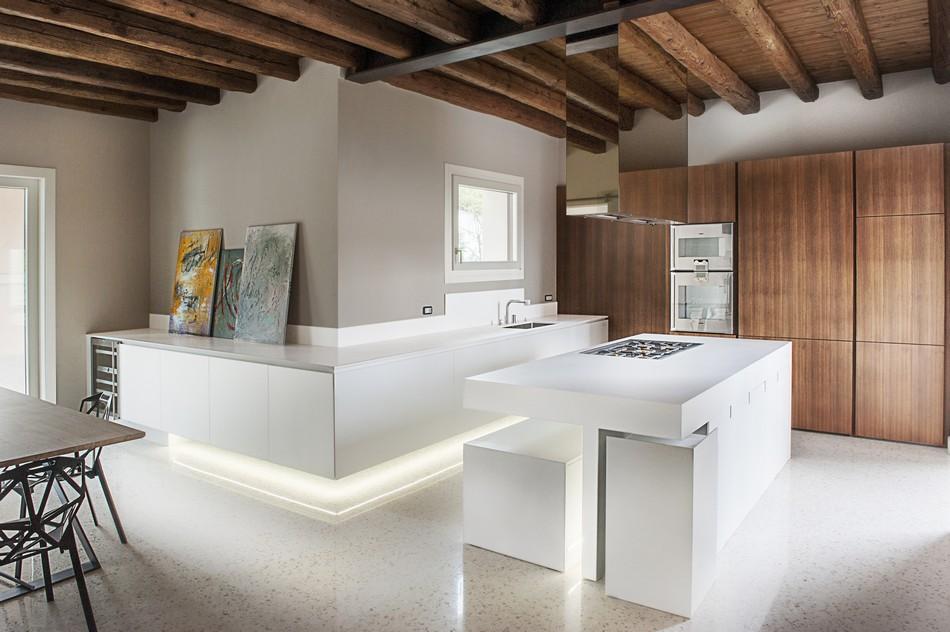 Минималистичный дизайн кухни в стиле хай-тек