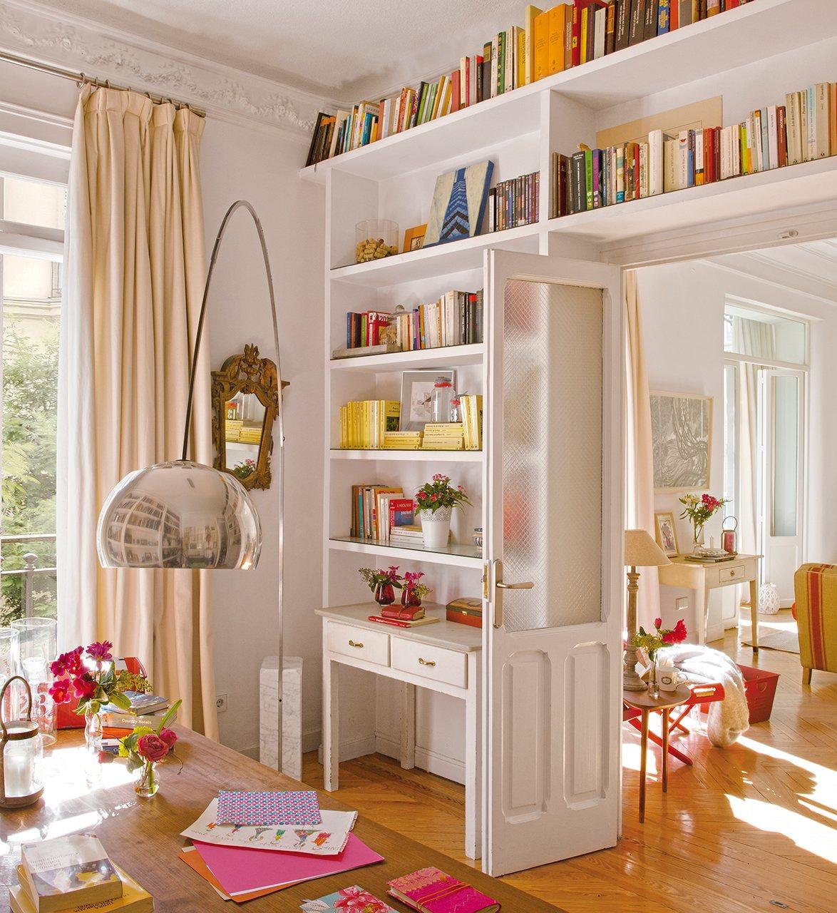 Книжные полки в интерьере - 50 фото примеров дизайна.