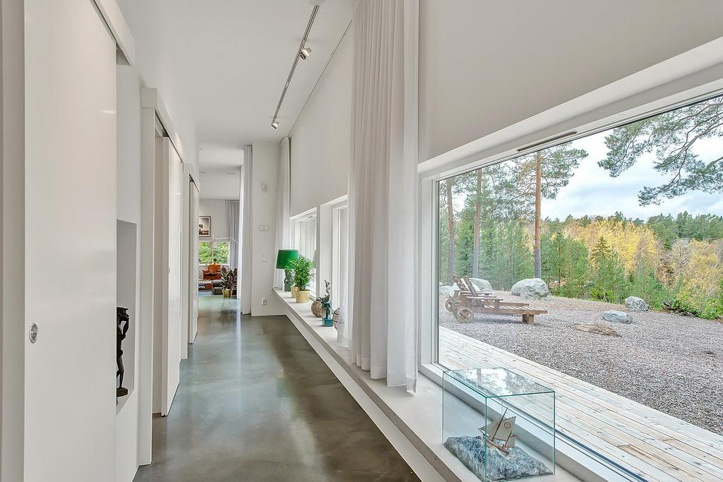коридор с большими окнами