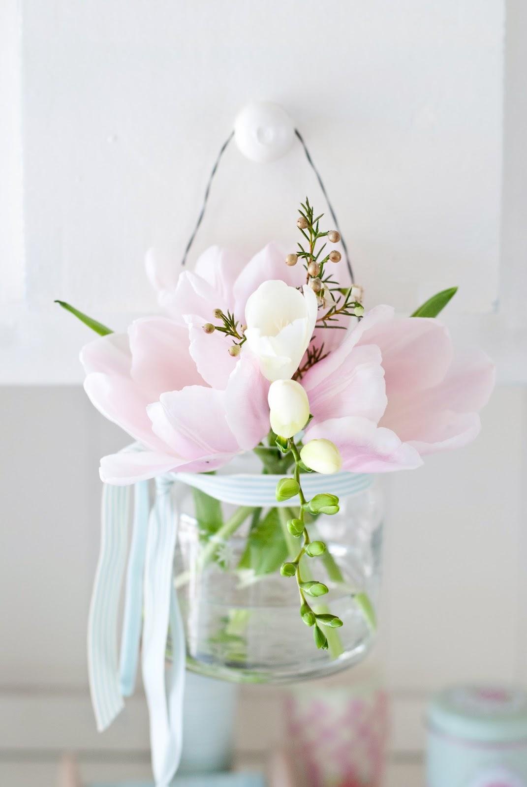 С 8 марта тюльпаны