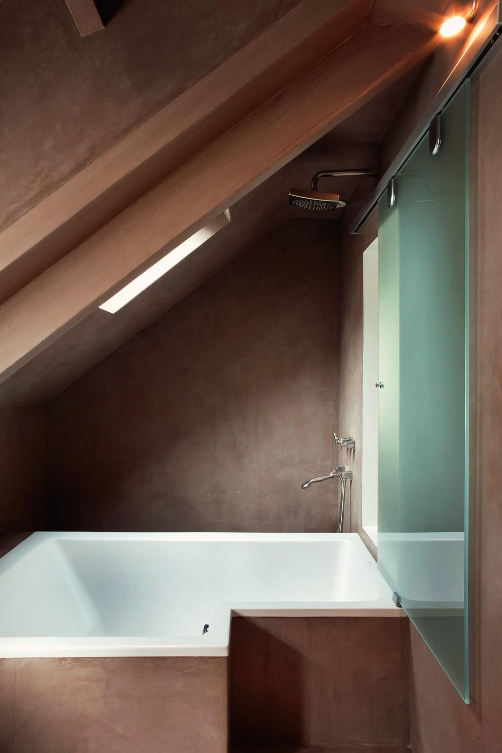 интерьер ванной комната в мансарде