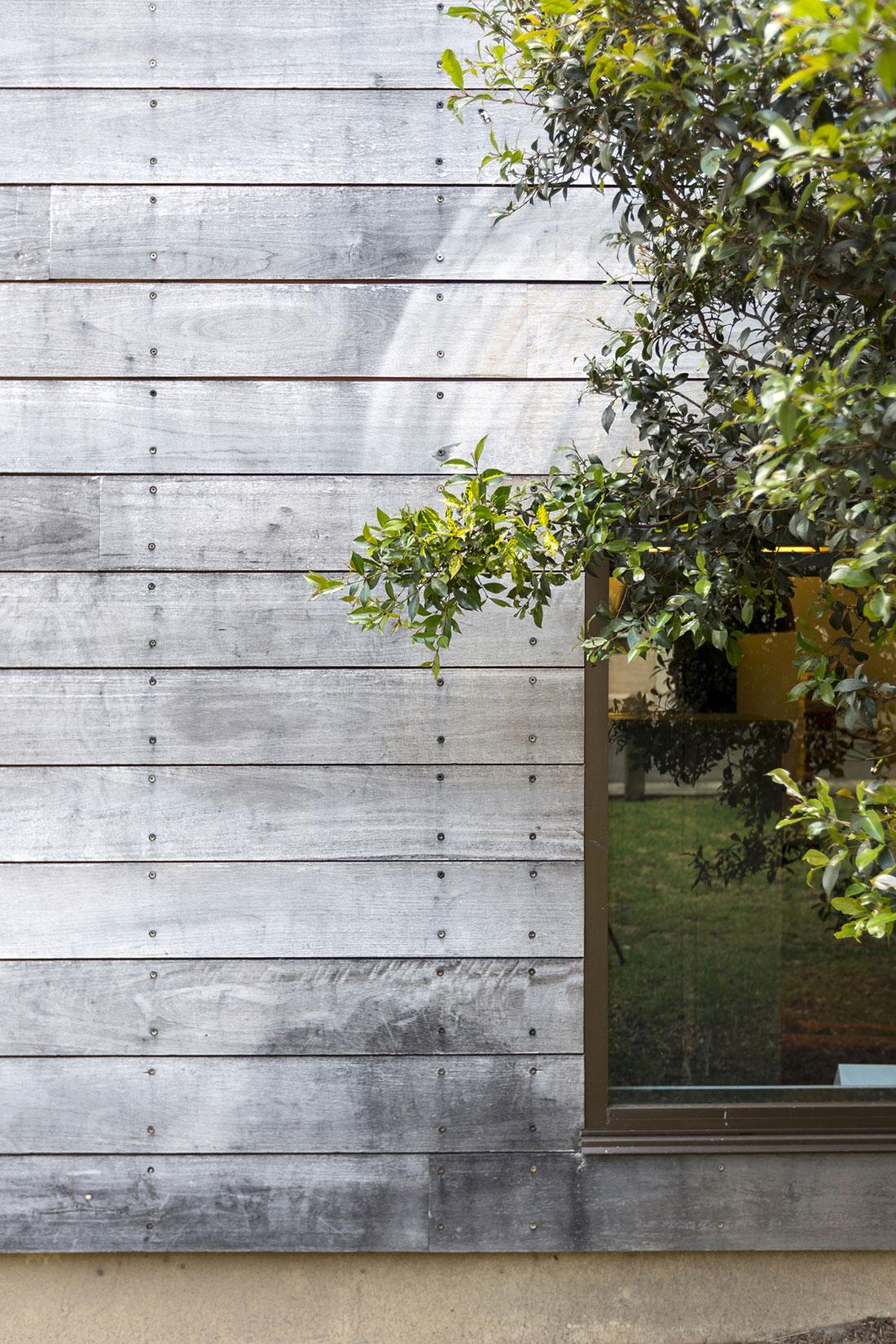 бетонная стена с текстурой дерева