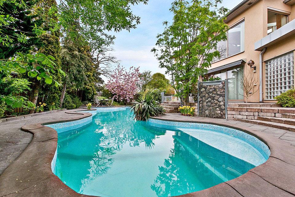 загородный дом с бассейном