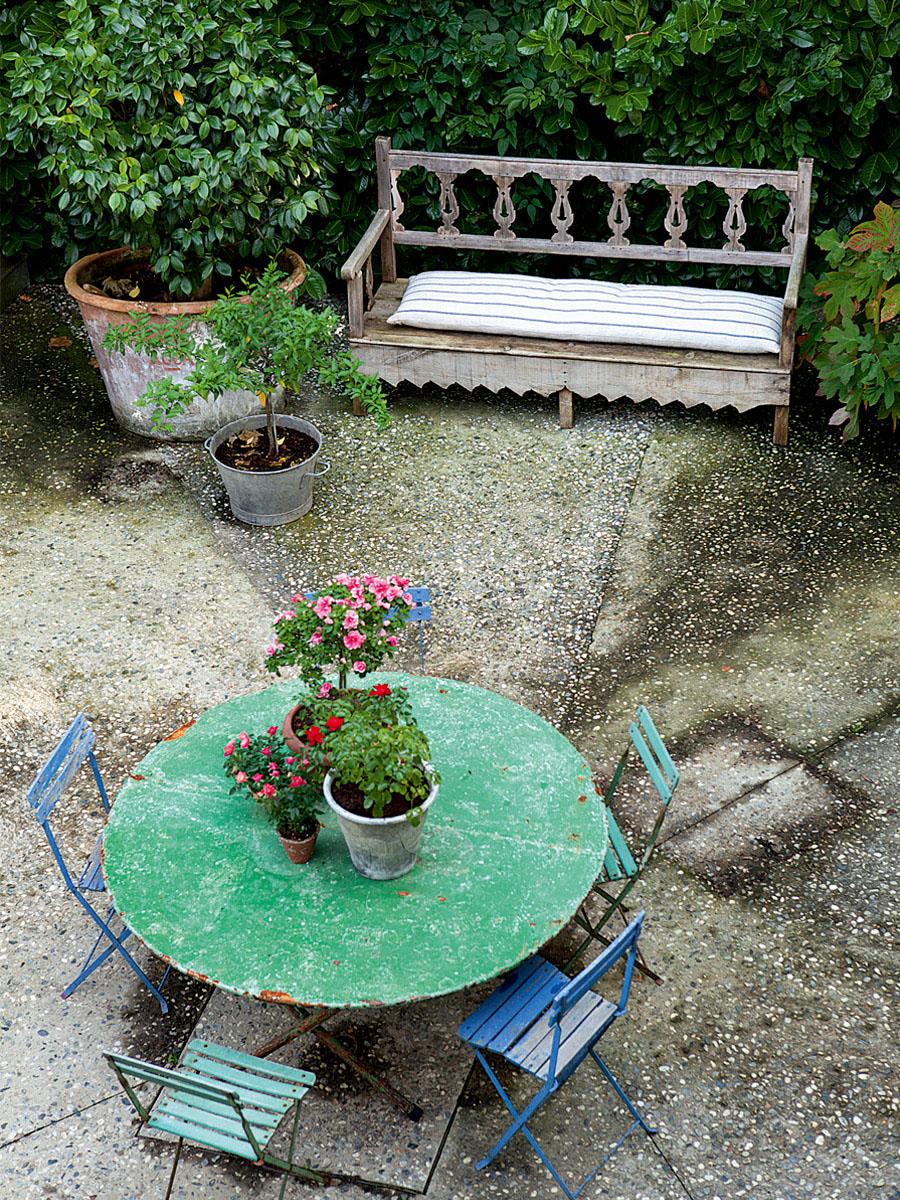 столик в саду