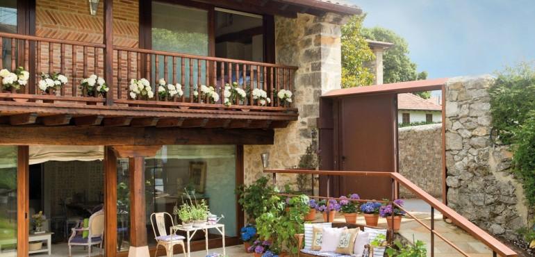 Красивый дом с лавандовыми акцентами