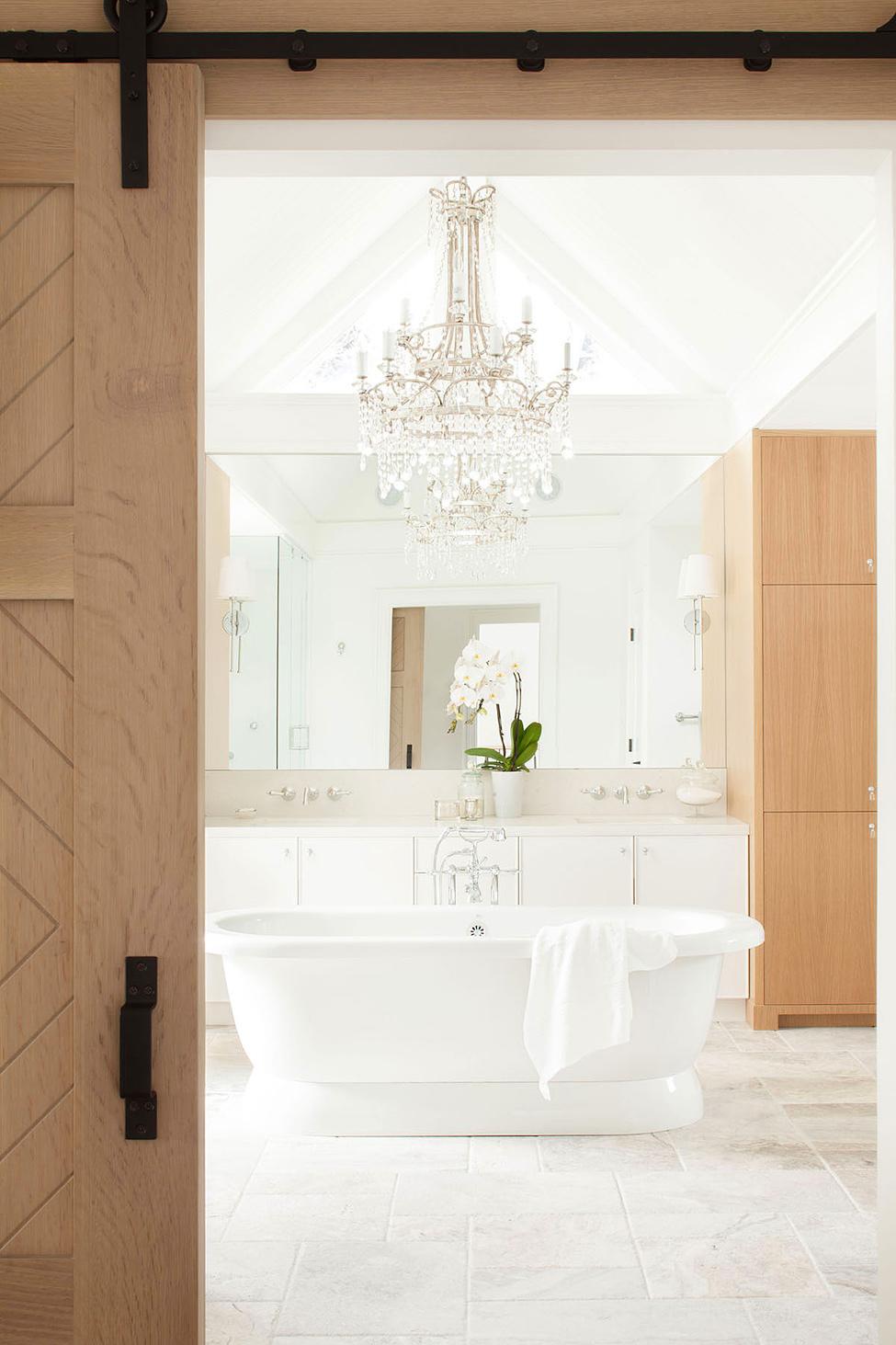 ванная комната с классической люстрой