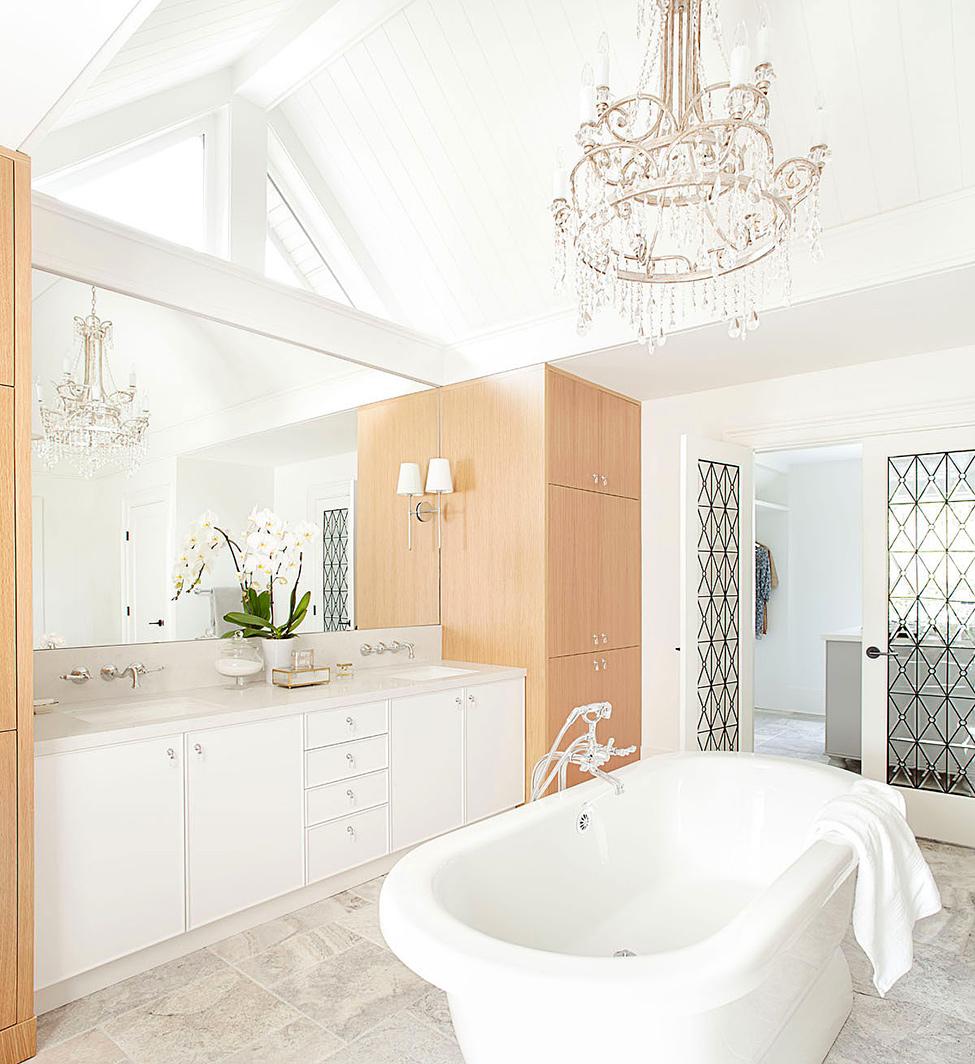 ванная комната с классической люстрой фото