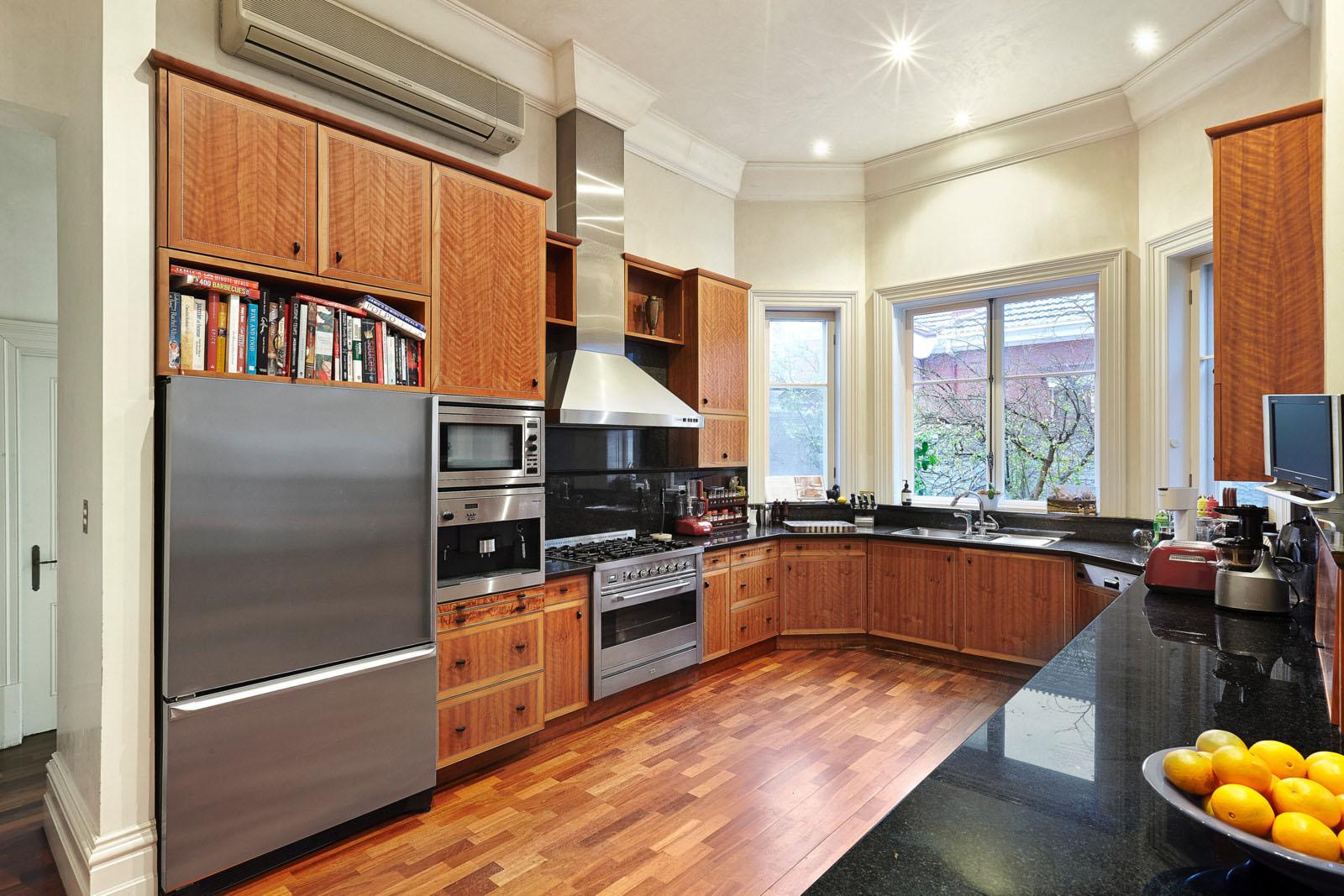 большая просторная кухня