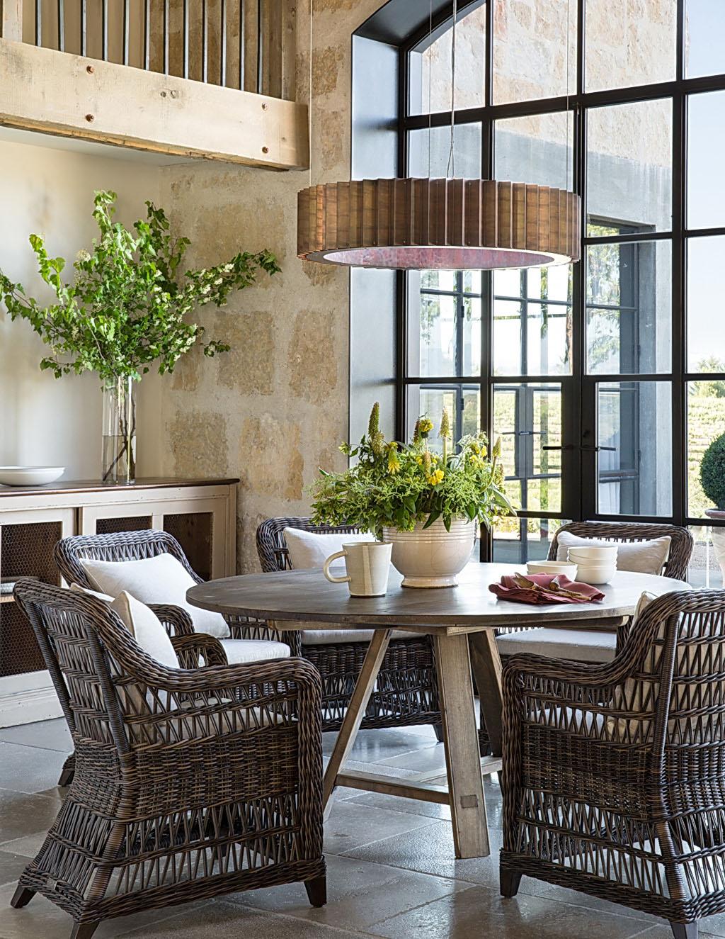 интерьер столовой и кухни