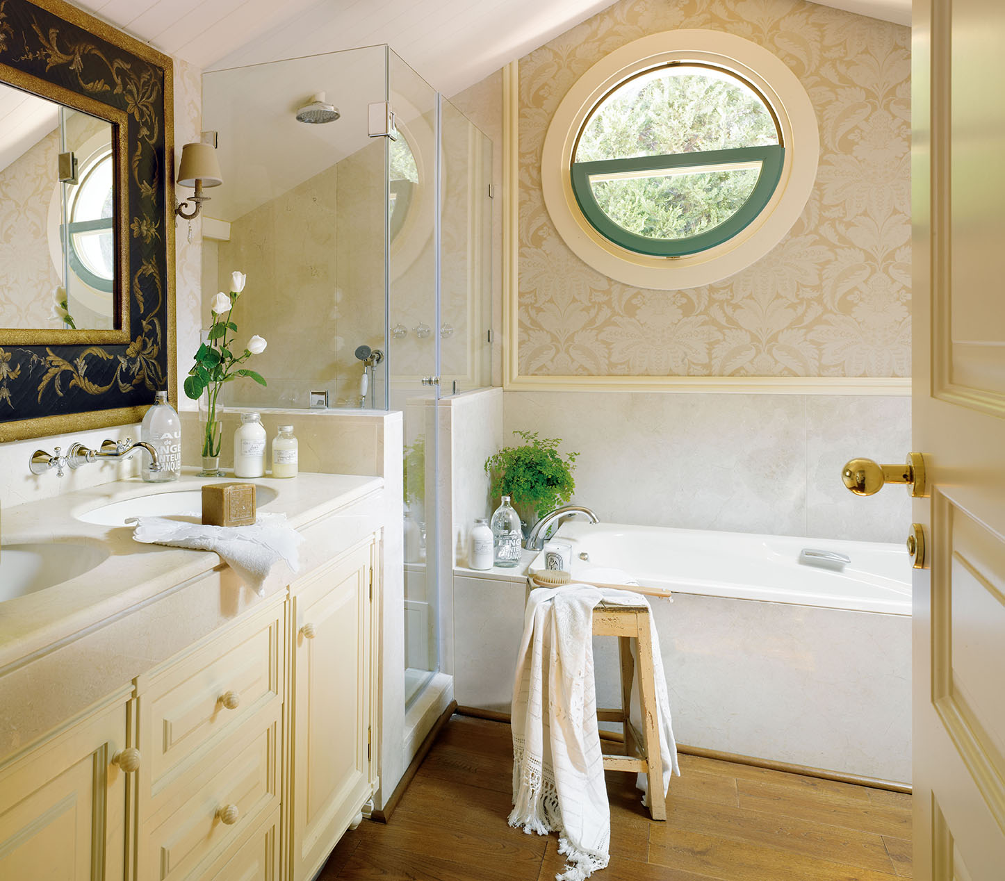 Ванная в круглым окном