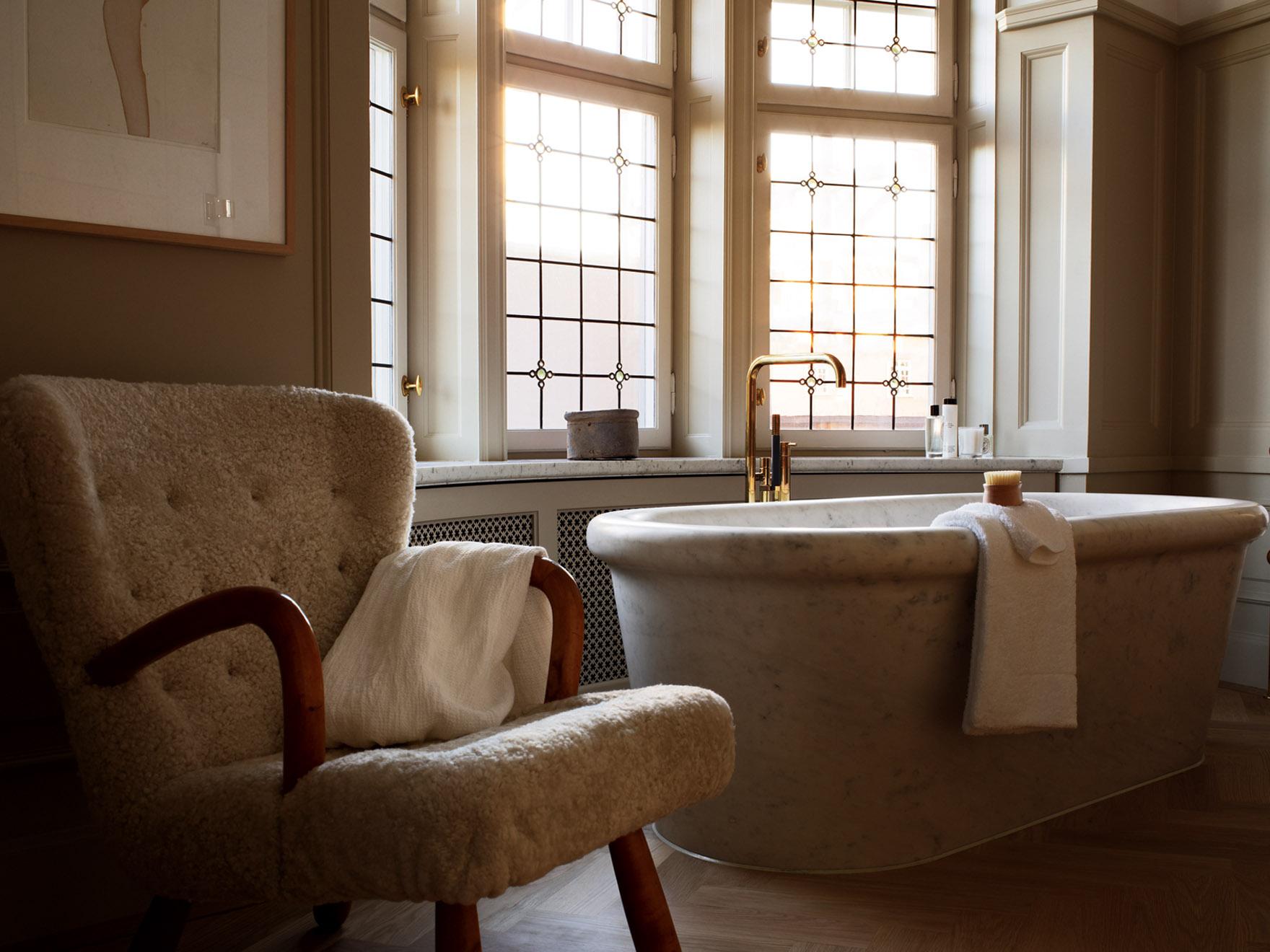 Дизайн ванной комнаты с окном в частном доме