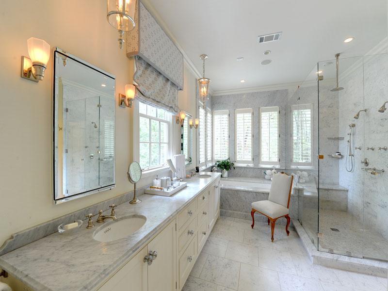 Ванная с несколькими окнами