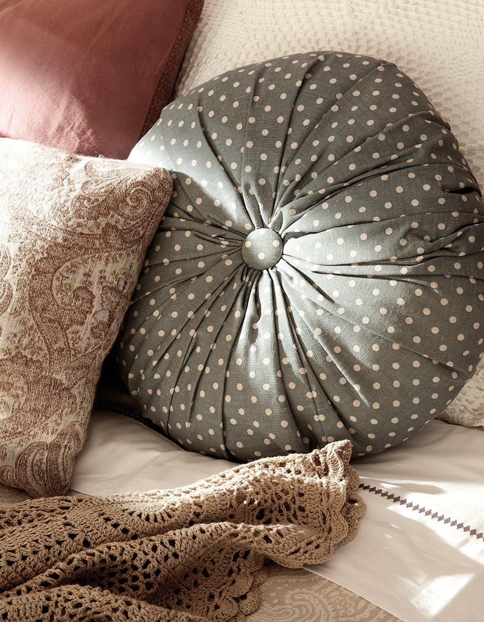 подушки на кровате