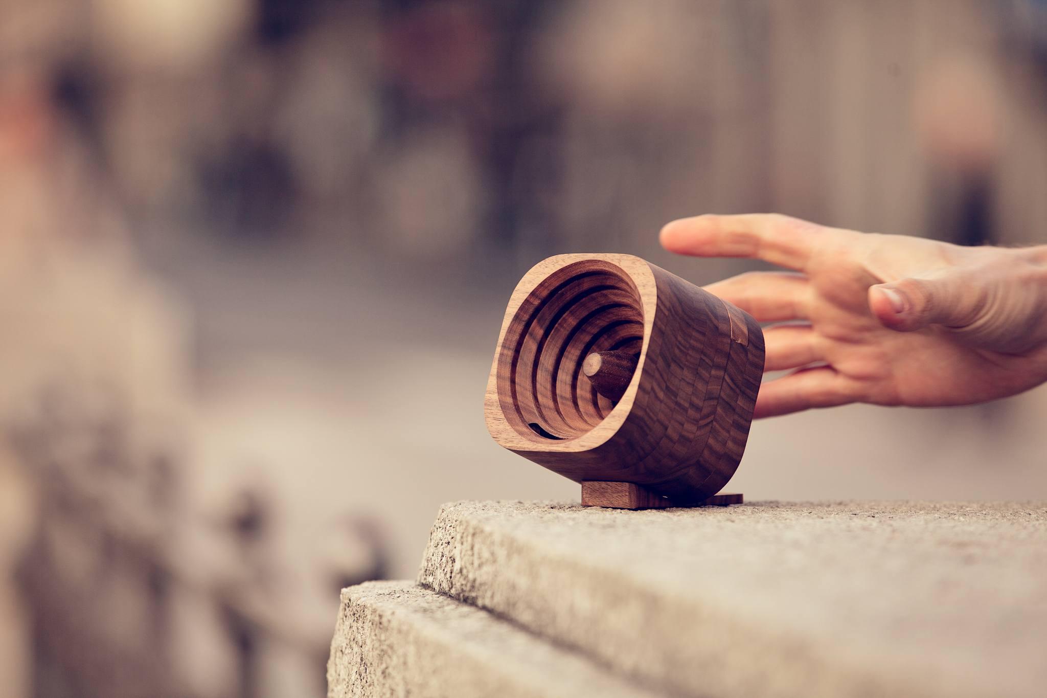 деревянный усилитель звука