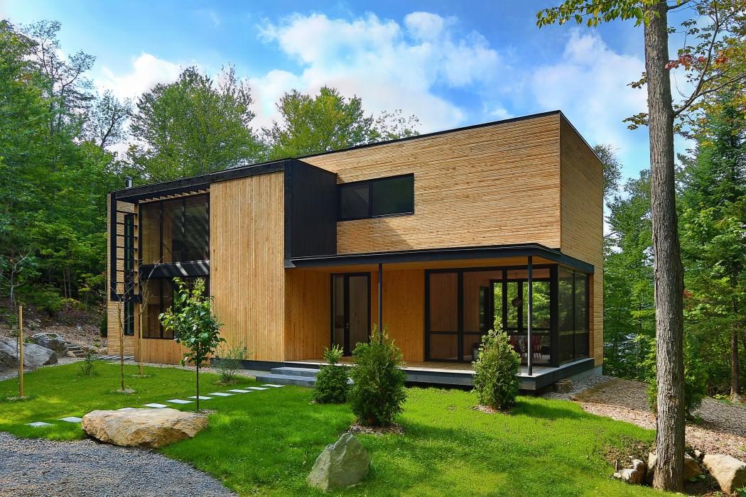 Деревянный дом в канадском лесу