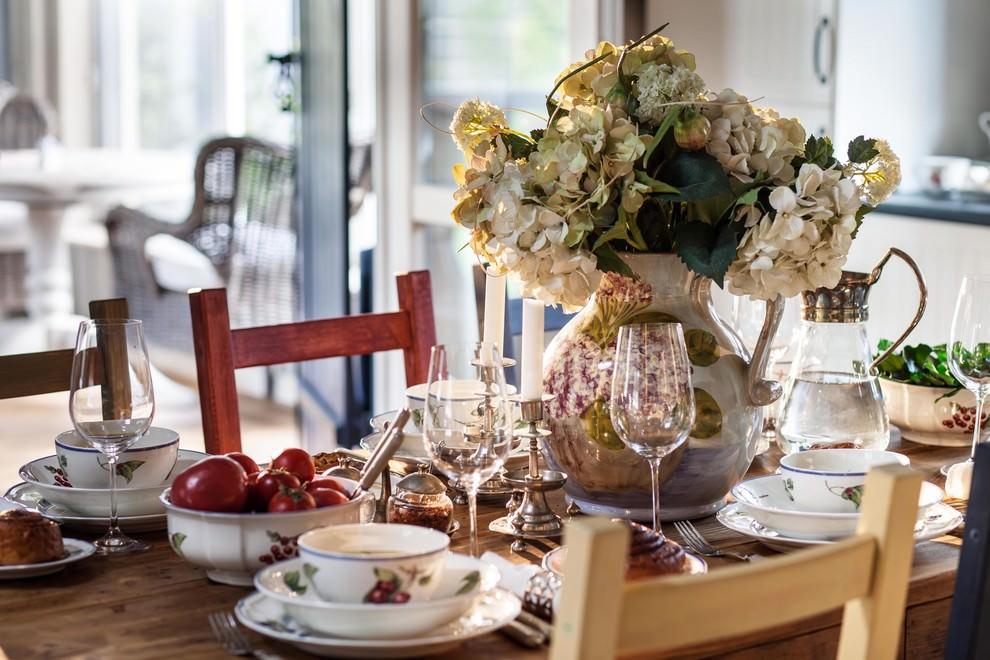 сервированный обеденный стол