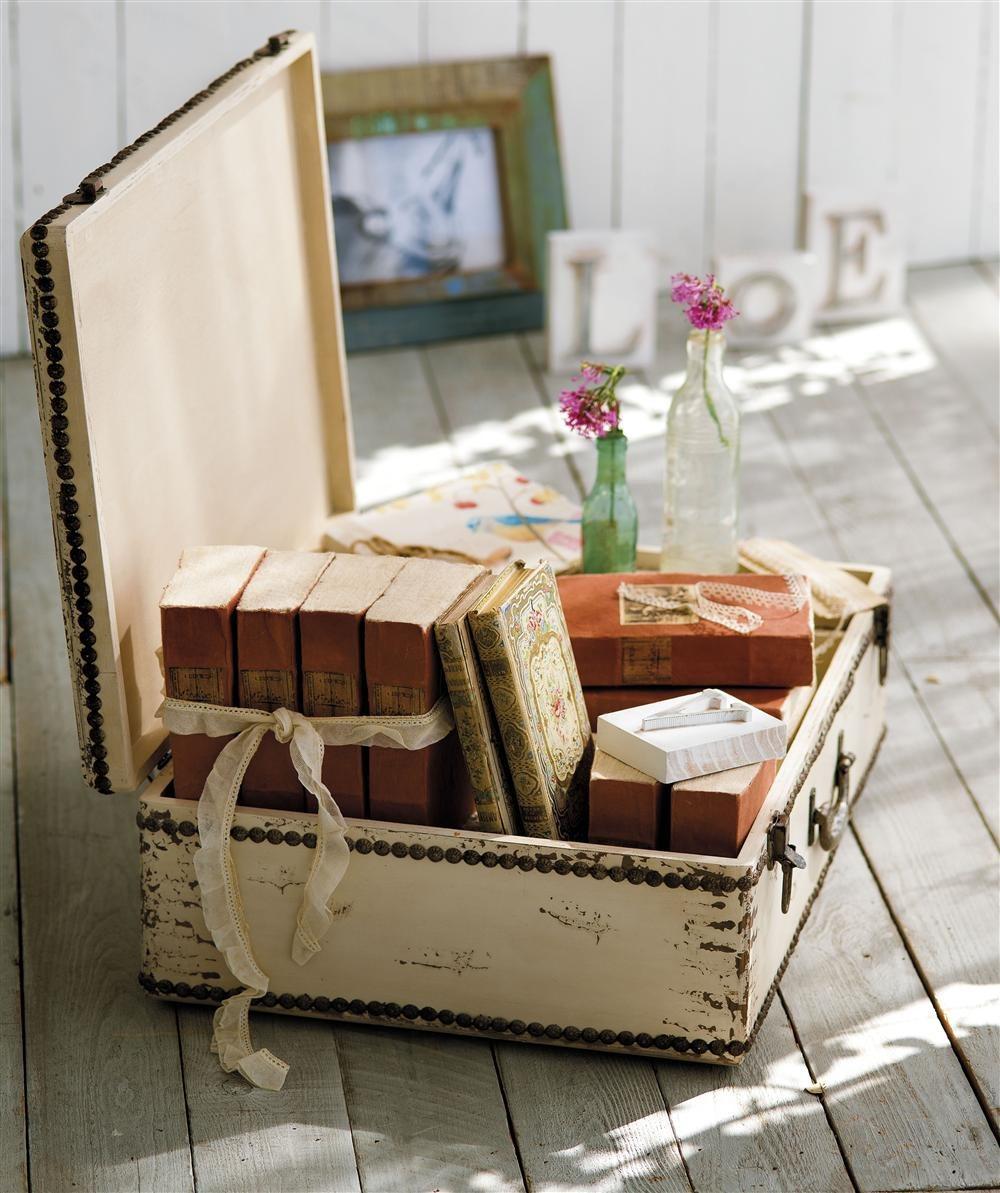 старый чемодан в саду