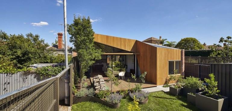 Деревянный дом с необычным фасадом