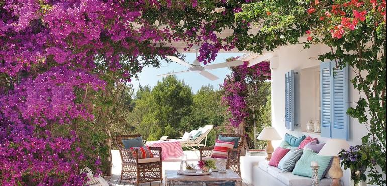 Испанский дом в окружении бугенвиля