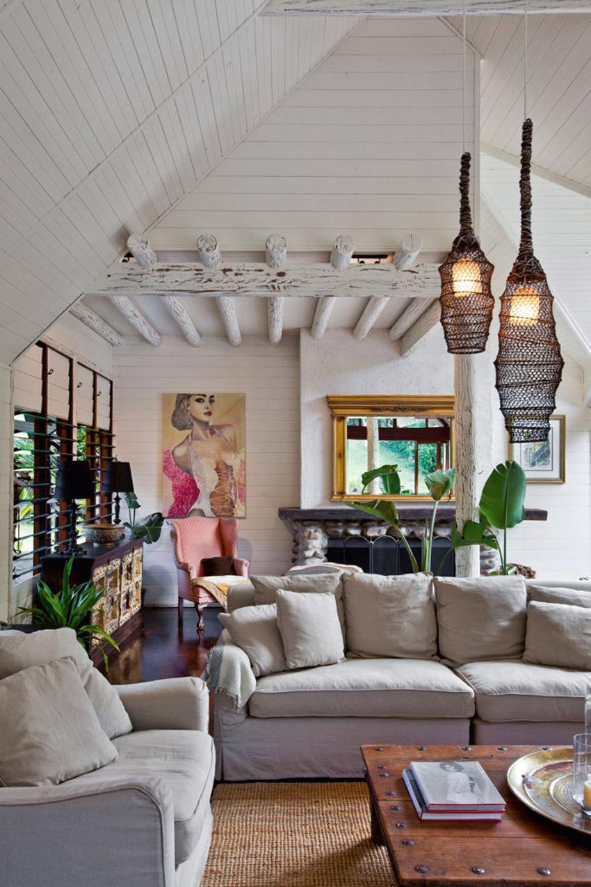 гостиная с камином в загородном доме