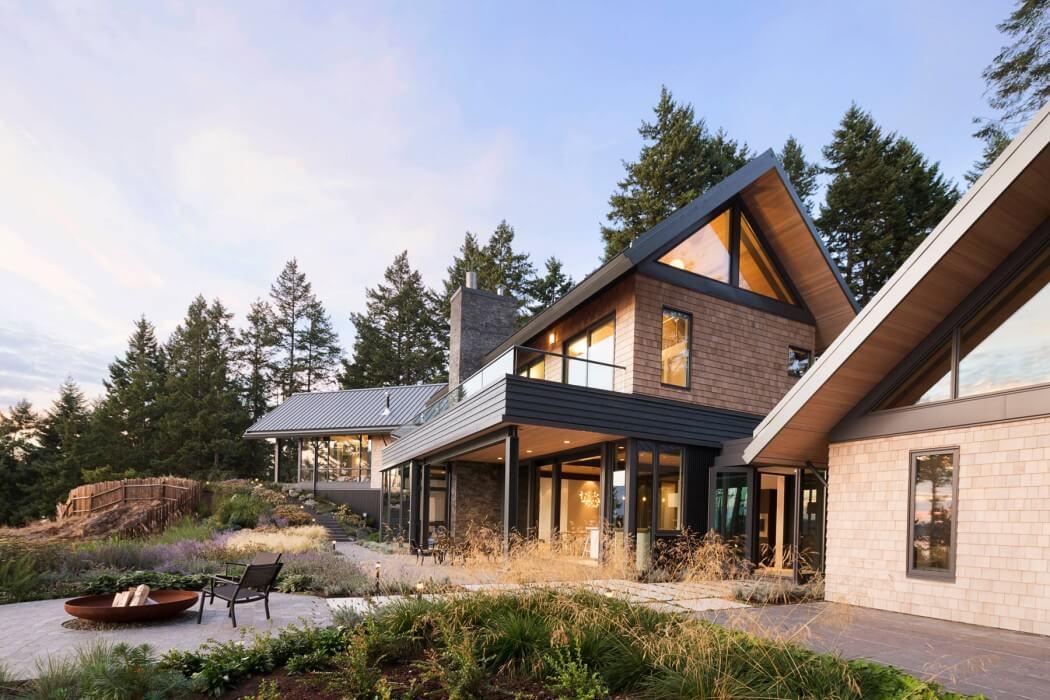 Красивый дом на берегу озера
