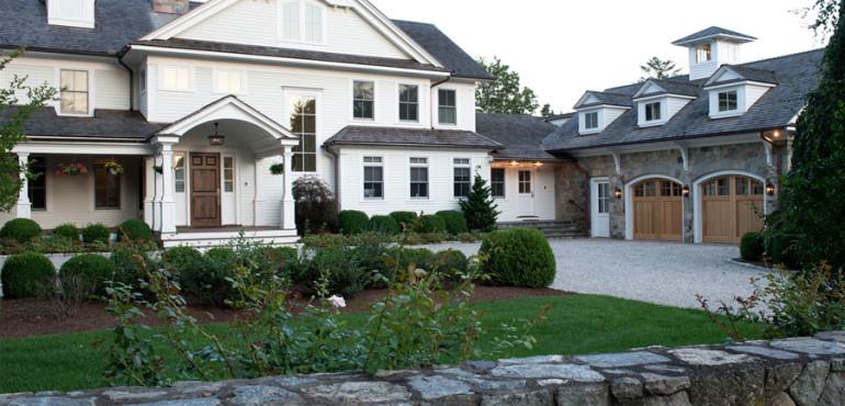 Большой дом с классическим интерьером