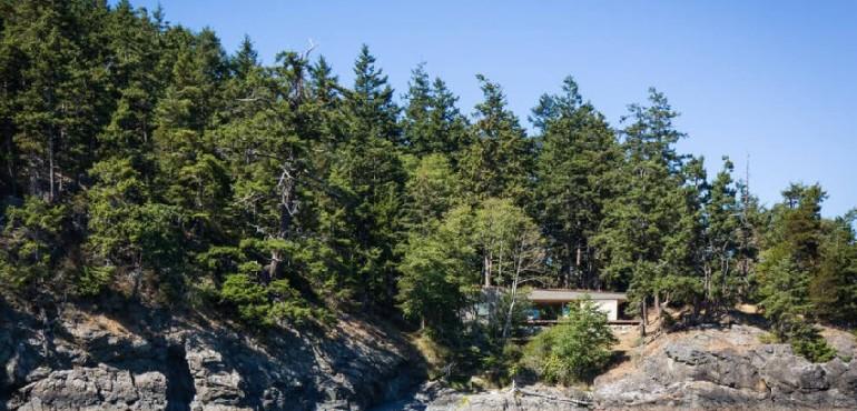 Современный дом на скалистом берегу