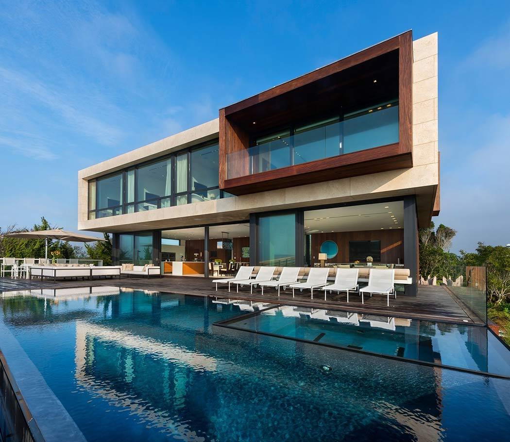 Современный дом на берегу океана