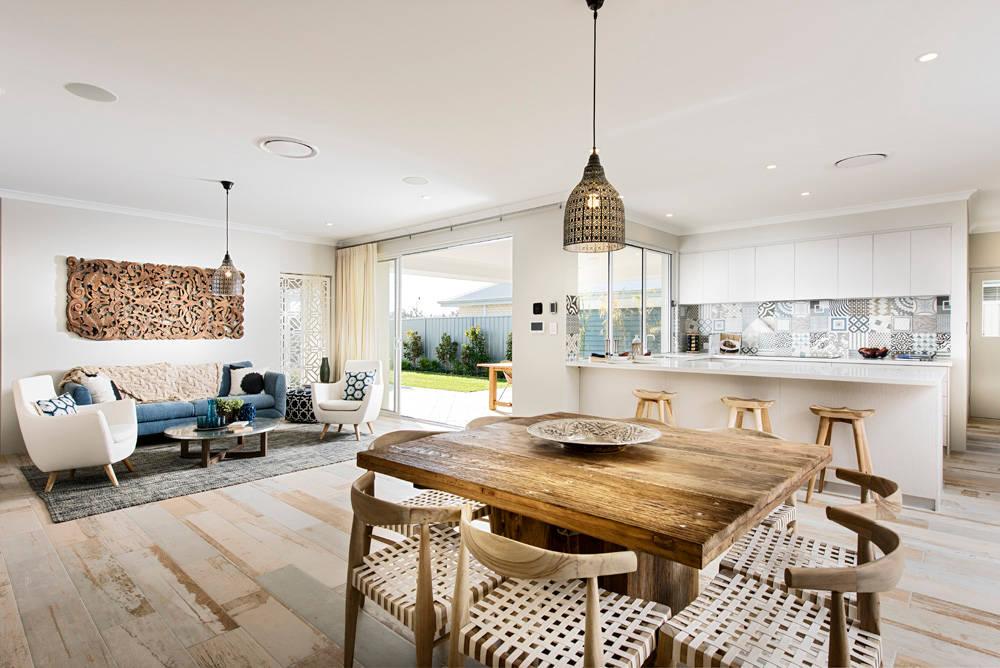 Красивый дом с прибрежным дизайном