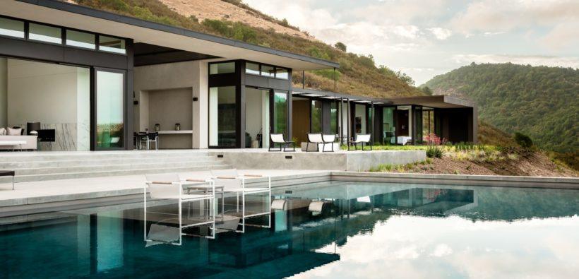 Дом в стиле минимализм на холме