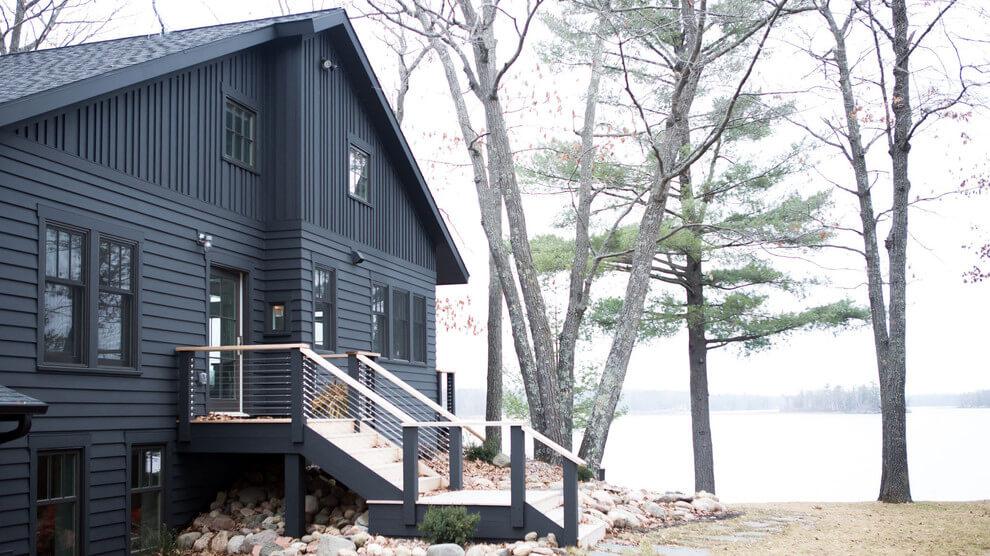 Светлый интерьер дома в прибрежном стиле