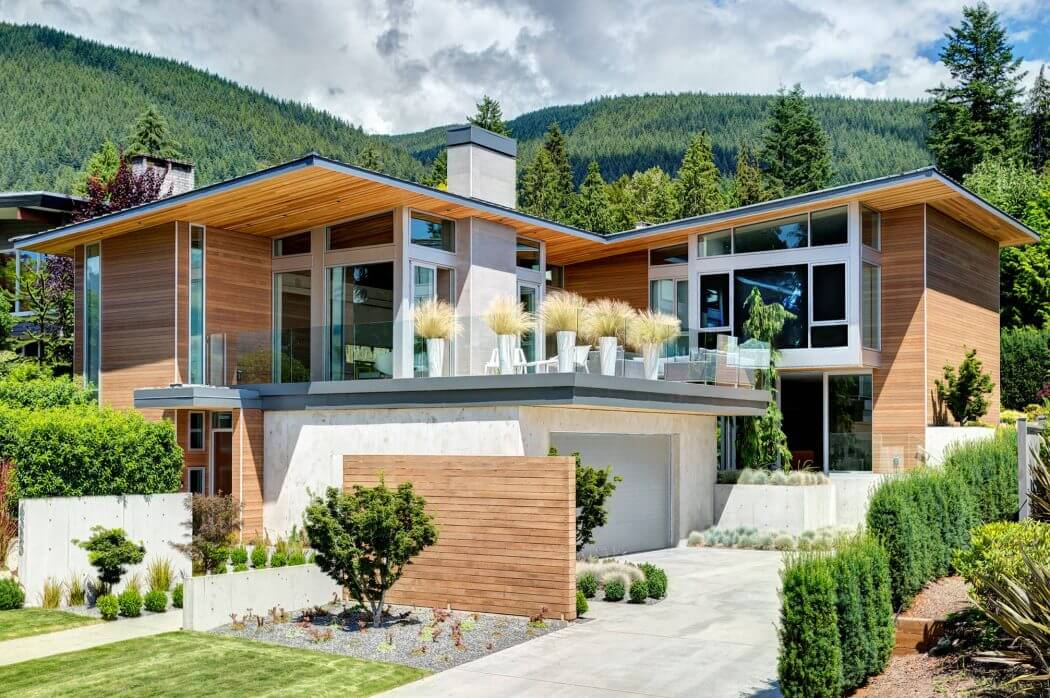 Красивый дом на склоне холма
