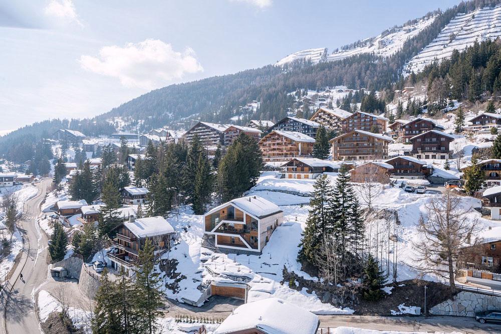 Дерев'яний будинок посеред швейцарських Альп