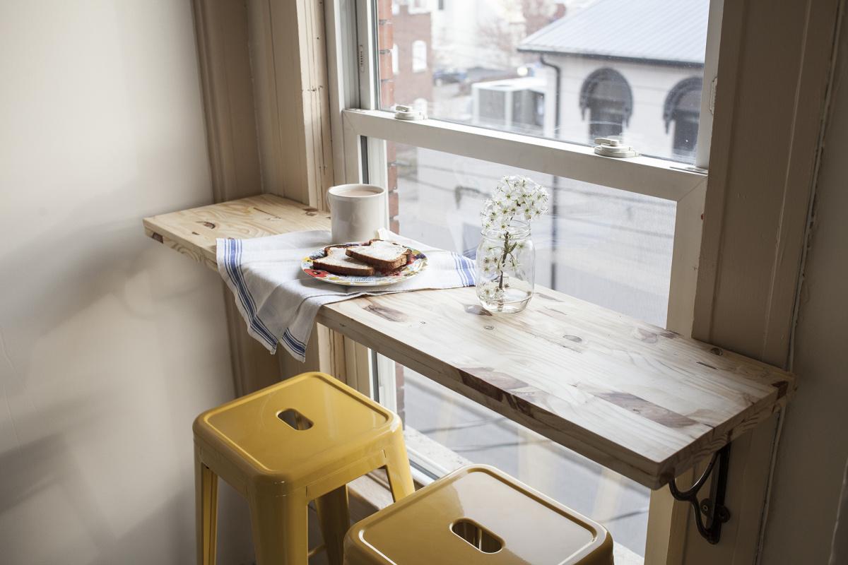 Барная стойка в маленькой кухне около окна своими руками