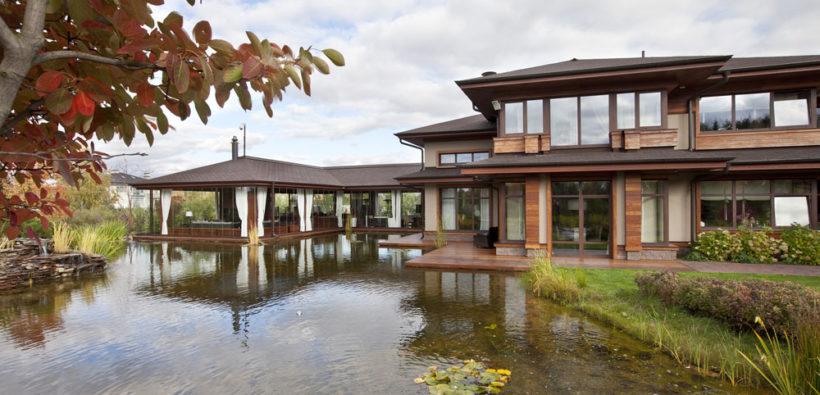 Красивый загородный дом у пруда от AMG Project