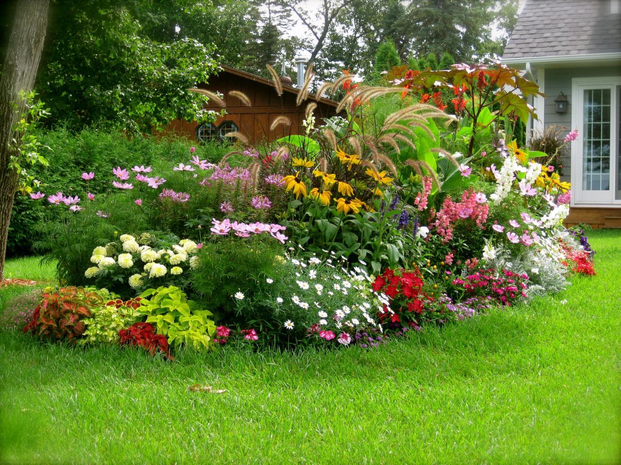 Красивая клумба в саду своими руками 991