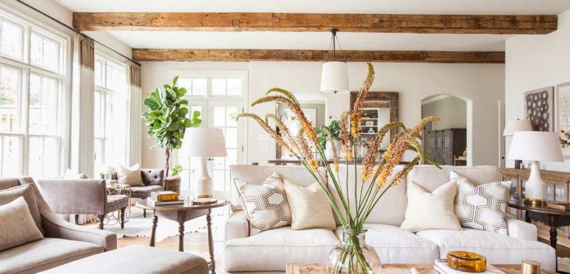 Красивый дом на берегу реки от Marie Flanigan Interiors