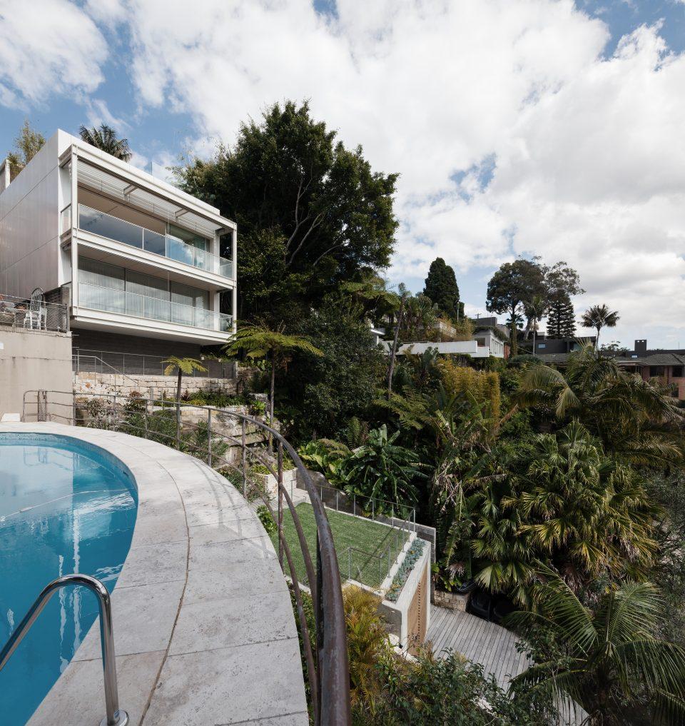Современный дом на берегу в стиле минимализм