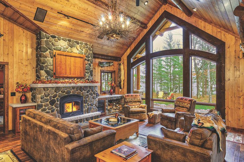 домик в лесу с камином