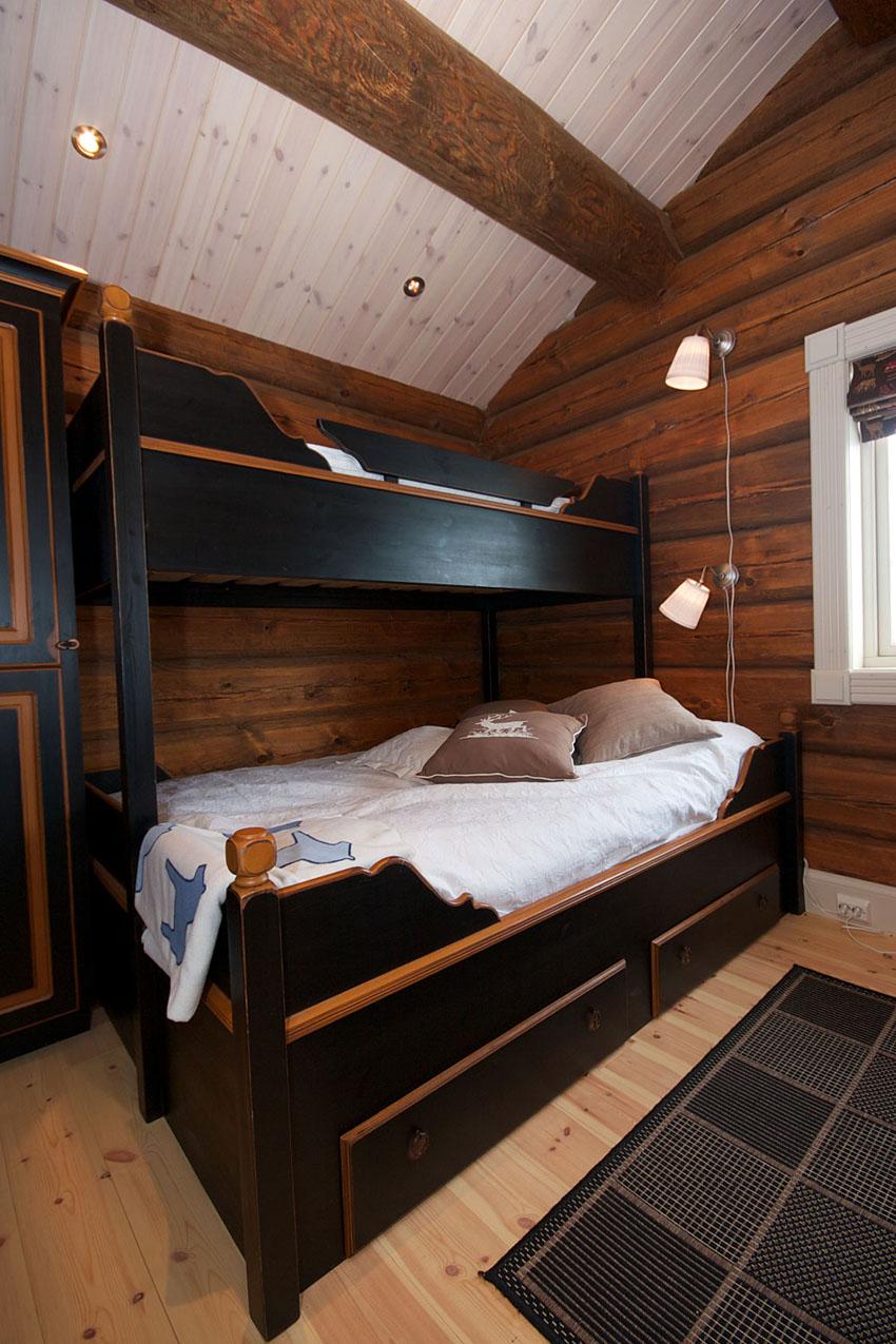 двухэтажная кровать в спальне