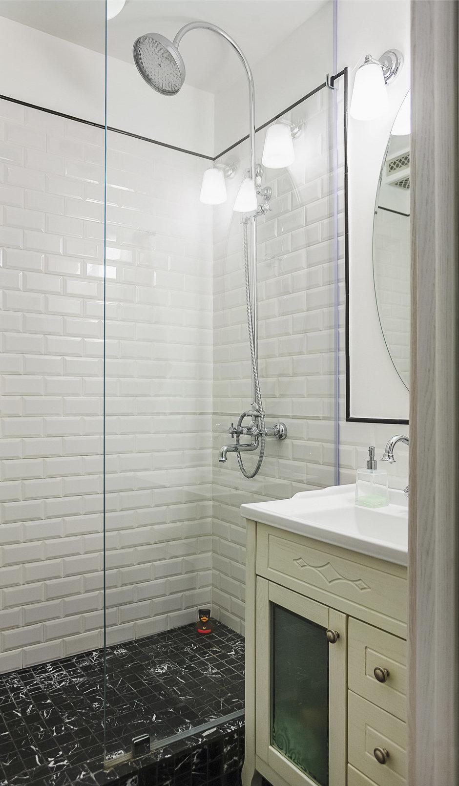 дизайн плитки в ванной с душевой кабиной